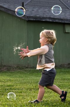 BUBBLES~Happiness is. child + soap bubbles ~ Photo by Richard Main Funny Kids, Cute Kids, Cute Babies, Precious Children, Beautiful Children, Kind Photo, Blowing Bubbles, Soap Bubbles, Baby Kind
