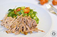 Dieses leckere Rezept für Paleo Pulled Pork ist kinderleicht zuzubereiten. Im Schongarer wird das Fleisch saftig und zart. Für Fans des amerikanischen BBQs.