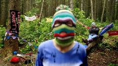Από την NZZ: Δύο νέοι που θα συμμετάσχουν στις διαμαρτυρίες για τη διάσκεψη των G8 την επόμενη εβδομάδα στην Βόρεια Ιρλανδία. Πολύχρωμες πλεκτές κουκούλες: Η νέα τάση της μόδας για κουκουλοφόρους.