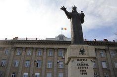 Uniunea Europeană studiază modalităţile de integrare a Republicii Moldova şi Ucrainei în organismul european, alături de România şi celalalte 27 de state membre, după cum s-a demonstrat la Summitul de la Vilnius. În Republica Moldova, care conţine o parte din Basarabia cât şi Transnistria, care şi-a autodeclarat independenţa provocând războiului de la Nistru din 1992, enorma majoritate a locuitorilor sunt români basarabeni. Dar şi în Ucraina trăiesc numeroşi români, în regiunea Bugeac, fosta… Republica Moldova, True Beauty, Romania, Statue Of Liberty, Country, Travel, Liberty Statue, Voyage, Rural Area