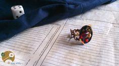 Magnifique bague steampunk : sur un support de bague d'inspiration victorienne sont joliment assemblés un méli-mélo de perles agrémentées de rouages et pièces de montre. Un bijou à la fois chic et mécanique, aux teintes sombres et sanglantes évoquant les fameux penny dreadful victoriens, ou encore d'autres mythes plus connus tels Dracula ou Jack l'Eventreur.  Page Facebook : http://www.facebook.com/WimeyWibbly?ref=hl  N'hésitez pas à liker/partager si cela vous tente. En ce moment, concours…