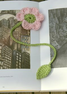 Crochet flower bookmark in pale pink and green cotton. Pink flower bookmark with green stem and leaf. Crochet page marker. Book accessory - pinned by pin4etsy.com