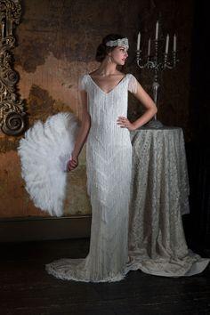 Traje de novia estilo vintage con hombros ligeramente cubiertos y cubierto totalmente con flecos