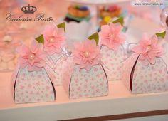 Caixas lindas forradas de tecido com aplicação de mini margaridas.