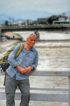 Jeremy Wade lehnt an einem Brückengeländer, dieses Foto wurde von mir gemacht und gepostet, photocredit: Martina Freijeh