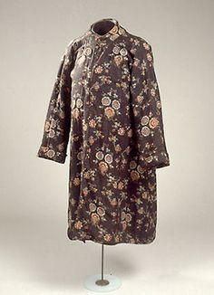 Dressing gown (Banyan), Denmark, brown cotton with printed colorful floral pattern. Japanese type of kimono cut. Small stand-up collar with button and buttonhole. The sleeve is folded. Lining of red multum. Used as a costume at the Royal Theatre in the 1780s where actors often supplied their own costumes. (c) NATMUS DK