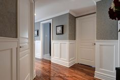 How to turn an uninhabited condo into a chic and welcoming decor Entryway Decor, Bedroom Decor, Victorian Hallway, Wainscoting, Room Colors, Condo, Diy Home Decor, Sweet Home, New Homes