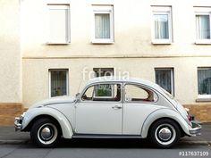 VW Käfer der Sechziger und Siebziger Jahre in traditioneller Zweifarbenlackierung bei den Golden Oldies in Wettenberg bei Gießen in Hessen