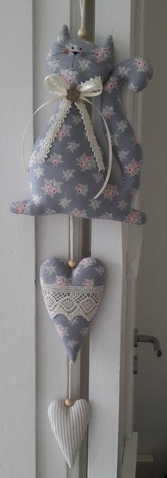Süsse Girlande, bestehend aus einem Kätzchen und zwei Herzen im angesagten Landhausstil !  Die Herzen sind mit einer Kordel miteinander verbunden und mit einem Knopf am Kätzchen befestigt. Man...