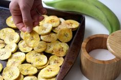 Baked Plantain Chips - Splurge with Ella Baked Plantain Chips, Baked Plantains, Guacamole Recipe, Hummus Recipe, Yummy Snacks, Healthy Snacks, Chip Alternative, Healthy Potatoes, Homemade Hummus
