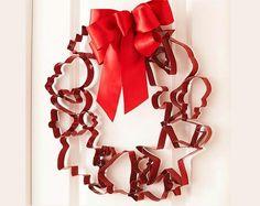 weihnachtsbasteln gefärbte Plätzchenausstecher mit roter Schleife