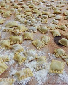 Ravioli con prosciutto e funghi - Homemade Pizza Pasta Maker, Homemade Pasta, Gnocchi, Relleno, Pasta Recipes, Pasta Salad, Pizza, Food And Drink, Yummy Food