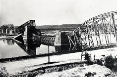 Het restant van de eerste spoorbrug, nadat deze op 6 april 1945 werd opgeblazen.