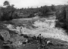 Fundação Energia e Saneamento - Rio Sorocaba visto a montante, no início das obras da Usina de Itupararanga. À frente, homens trabalham na entrada do canal de desvio. 1911