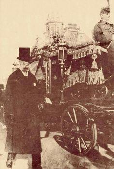 1894. Kossuth Lajos temetése.  Az előtérben Báró Podmaniczky Frigyes Hungary History, Her World, Time Travel, Budapest, Dark Side, Old Photos, Austria, The Past, Landscapes