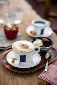 Coffee with brownies - Restaurant coffee with brownie pieces Coffee Milk, Coffee And Books, Coffee Cafe, My Coffee, Coffee Drinks, Coffee Shop, Coffee Lovers, Coffee Break, Morning Coffee