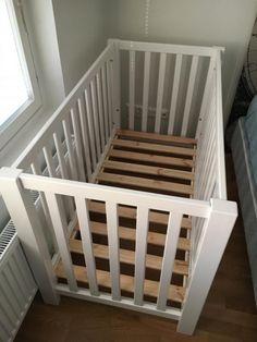 Myydään erittäin hyvä kuntoinen puinen  pinnasänky. Ollut yhdellä lapsella. Patjan koko 120x60 Laidan saa pois ja sängyn saa säädettyä kahteen eri tasoon. Toimii loistavasti sivuvaununa ja silloin sivulaidan saa säilytykseen sängyn alle hyllyksi. Sän