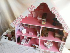 Casinha em mdf de miniaturas com 5 cômodos e uma area anexa para fogão a lenha, casinha do cachorro, area de serviço com máquina de lavar e mesa de passar. Inclusas todas as peças de decoração. O quartinho do bebê vem com cortina, trocador, colchão do berço e da beliche feitos em tecido estampado. O quarto do casal tem cortina de renda e manta xadrez.  VERSÃO COM PAPEL DE PAREDE EM TODOS OS COMODOS.  NOVIDADE; agora com lareira e piano