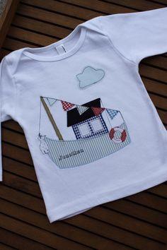 Cooles Langarmshirt mit Hausboot,wimpelkette,Wolke, Fisch am Boot und eingesticktem Namen.  Das Shirt ist aus reiner Baumwolle, die Applikationen sind aus sommerfrischen Baumwollstoffen,...