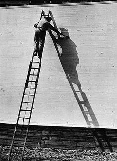 André KERTESZ (1894-1985), Homme peint son ombre