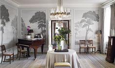 Den svenske konstnären Robert  Persson har gjort målningarna i salongen. Mahognystolar i dansk empir från 1810.