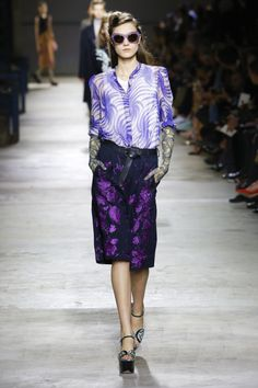 Dries Van Noten Spring 2016 Ready-to-Wear Fashion Show - Yumi Lambert (Women) Fashion Week, Fashion 2017, Runway Fashion, Fashion Show, Paris Fashion, Comment Porter Des Vans, Dress And Sneakers Outfit, How To Wear Vans, Winter Dress Outfits