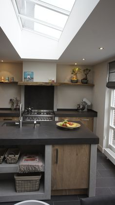Stoere, landelijke keuken van beton ciré in combinatie met vintage Eiken.