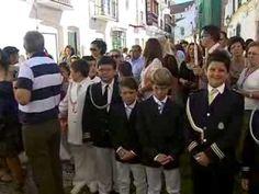 Durante la mañana del domingo las calles de Estepona acogieron la procesión del Corpus Christi que tenia su salida desde la Parroquia de los Remedios. Las Hermandades y los niños que han realizado la Primera Comunión durante este año formaban el cortejo procesional junto a la Sagrada Custodia