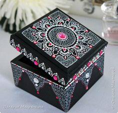 Шкатулочка  фото 1 Mandala Canvas, Mandala Dots, Mandala Design, Dot Art Painting, Mandala Painting, Painting On Wood, Painted Wooden Boxes, Painted Jewelry Boxes, Doodle Paint
