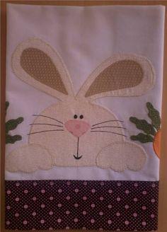 Toalha Coelhinho em tricoline branco com barrado em tecido e patch apliquée.  *As cores para toalha e barrado podem ser escolhidas e o tema personalizado.  Consulte disponibilidade! R$ 39,90