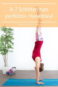 With these handstand exercises, you can achieve the perfect handstand in just a few steps. We show you how to learn handstand for beginners. Fitness Workouts, Yoga Fitness, Fitness Motivation, Physical Fitness, Yoga Handstand, Handstand Progression, Press Handstand, Pilates Training, Handstand Training