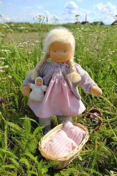 Lille Anna ist ein 45 cm großes Puppenkind. Sie hat blaue runde Augen und blonde lange Haare aus Mohairwolle, die zu Zöpfen geflochten ...