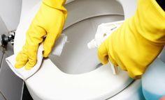 COMO LIMPAR – EVITAR O CHEIRO DE URINA (limpeza do dia a dia) - Prepare uma solução e deixe em um frasco spray borrifador e todo dia, sempre que vir respingos de urina no vaso sanitário, borrife o preparado: 1 xícara de álcool liquido comum ou de eucalipto 1 xícara de vinagre de álcool claro Borrife em todo o vaso, dentro, fora e na tampa. Seque com papel toalha.
