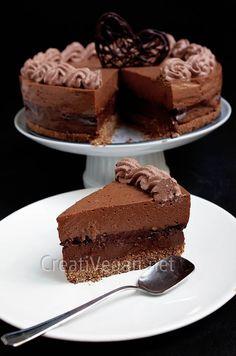 Tarta sin horno con una capa de galleta, pudding de chocolate, chantilly crocante, mousse de chocolate y nata de coco al cacao. Receta explicada paso a paso, para amantes del chocolate.