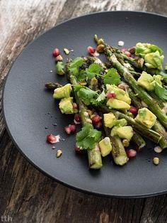 Szparagi z awokado, granatem i sosem tahini - przepis weganskie, bezglutenowe