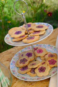 Zandkoekjes, afgewerkt met (versuikerde) eetbare bloemetjes. Flower Cookies, Tiered Cakes, Homemade, Drinks, Food, Drinking, Beverages, Eten, Drink