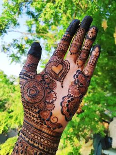 One of the most popular places to have henna is on the hands. So, today we are bringing you 21 amazing henna hand designs that are a work of art! Pretty Henna Designs, Floral Henna Designs, Latest Bridal Mehndi Designs, Stylish Mehndi Designs, Mehndi Designs 2018, Mehndi Designs For Beginners, Wedding Mehndi Designs, Beautiful Mehndi Design, Dulhan Mehndi Designs
