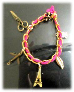 Pulsera de cadena dorada con cuero rosa  y dijes.