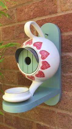 Teapot Crafts, Cup Crafts, Bird Nest Craft, Diy Bird Feeder, Bird Houses Painted, Bird Houses Diy, Teapot Birdhouse, Homemade Bird Houses, Glass Garden Art