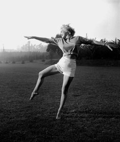 Marilyn Monroe dancing | jump | leap | dance | expression | freedom | free | black & white photography | hollywood starlet | fashion icon | high waisted short shorts and knitted crop | point | happy | joy