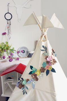 Blossom Crowns and Garlands | Kids Teepee Tent #teepee #kidsteepeetent #paperflowergarland #blossomcrown #tipizelt #spielzelt