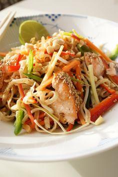 Matildenspitze:  Thai-ish salat med masser af grønt, nudler og sesam laks