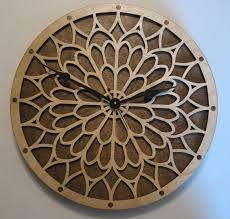 ساعت مشبک طرحی زیبا ساخته شده از چوب سنجد