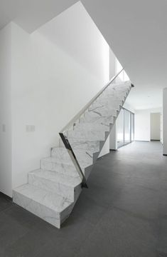Sleek white marble outfits the staircase in this Peruvian estate by Seinfeld Arquitectos that overlooks a sloping golf course. by interiordesignmag Interior Design Magazine, Marble Interior, Interior Stairs, Interior And Exterior, Marble Staircase, Staircase Design, White Staircase, Staircase Ideas, Stairs Architecture
