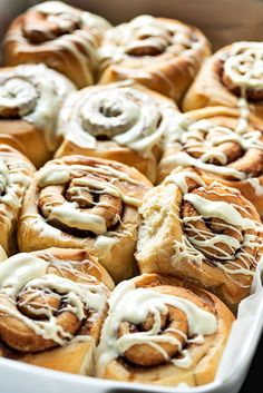 Homemade cinnamon rolls recipe with the best icing. This homemade cinnamon rolls recipe uses olive oil for extra fluffiness and healthy fats and has the best icing made with melted, gooey white chocolate. White Chocolate Icing, Melting White Chocolate, Chocolate Ganache, Cinnamon Roll Icing, Best Cinnamon Rolls, Ulzzang, Pistachio Cake, Food Cakes, Afternoon Snacks