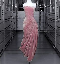 Gorgeous gown by Madame Gres. Madame Gres, Vintage Outfits, Vintage Gowns, Dress Vintage, 1950s Style, 1950s Fashion, Vintage Fashion, Pretty Dresses, Beautiful Dresses
