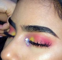 Gorgeously shaped thick brows and nice dark thick lashes. #pink #yellow #dewey #dewy #glitter #shimmer #fleek #brows #lashes
