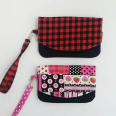 """I like this zipper pocket pouch but it was a bit small for many phones with their cases so I enlarged the pattern just a bit keeping it a compact choice. Measures 7"""" across. Pattern is by @michellepatterns. -michele . . . . . #zipperpouch #zipper #buffaloplaid #checkered #zipperpocketpouch #cellphonepurse #phonepurse #cellphonewallet #phonewallet #wristlet #giftforher #handmadegifts #giftsforher #purses #zookaboo"""
