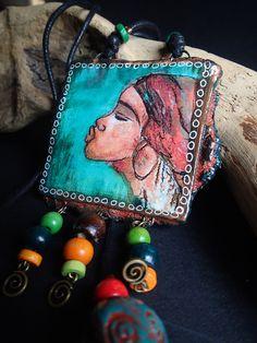 Collier ethnique - visage d'Afrique - Fait main - cuirs et peintures d'artiste - teintes vertes / bleu cyan et jade : Collier par atome-crochu
