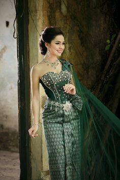 Thai Traditional Dress, Traditional Wedding Dresses, Traditional Fashion, Traditional Outfits, Cambodian Wedding, Khmer Wedding, Thailand National Costume, Thai Wedding Dress, Thai Fashion